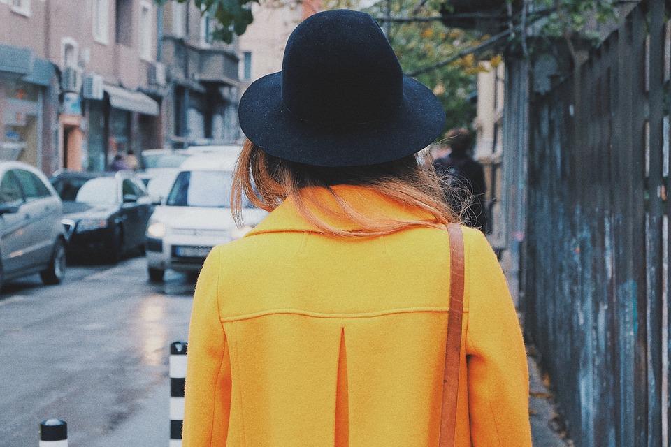 Желтое шерстяное пальто